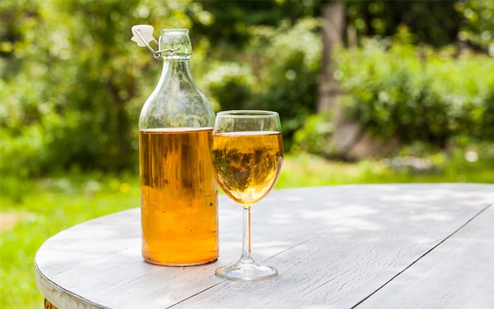 make homemade apple cider DIY press and ferment to create fizzy alcoholic drink