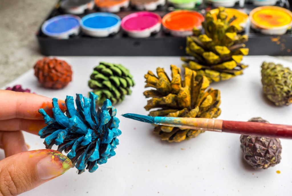 Christmas decoration ideas for your home and garden for How to paint pine cones for christmas